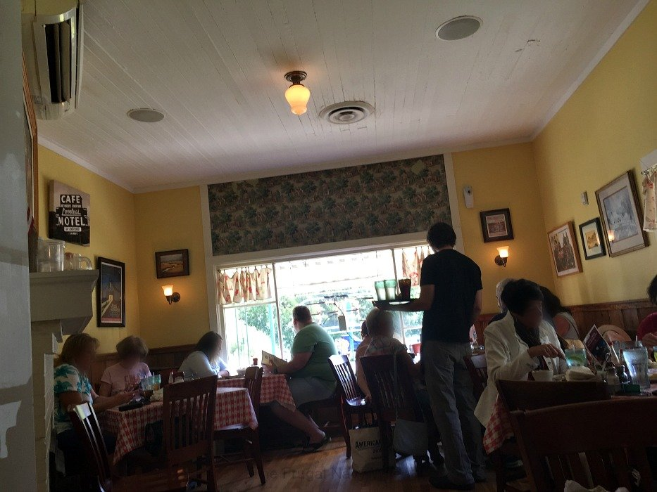 The Loveless Café – Nashville, Tennessee Yellow Room